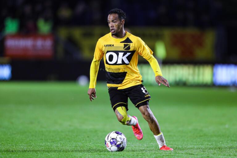 Jarchinio Antonia in het shirt van NAC Breda