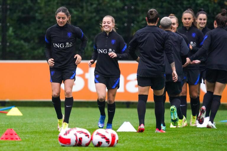 Daniëlle van de Donk traint met OranjeLeeuwinnen in Zeist