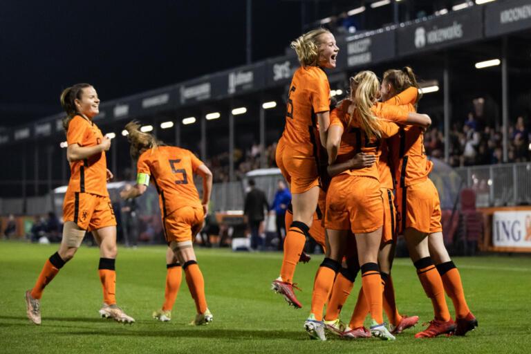 Vreugde bij de Jong OranjeLeeuwinnen na de 6-0 tegen Italië