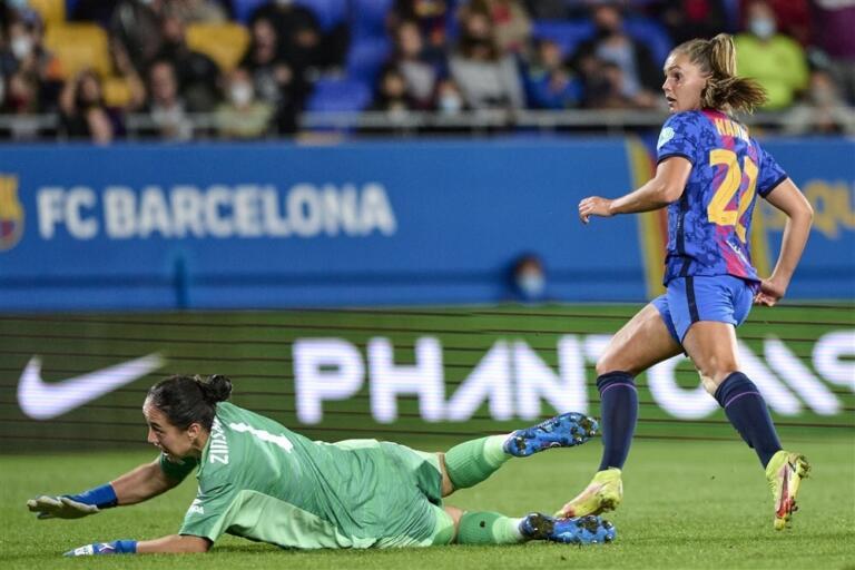 Lieke Martens scoort namens FC Barcelona tegen Arsenal