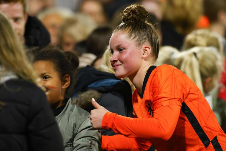 Nikita Tromp gaat op de foto met fans