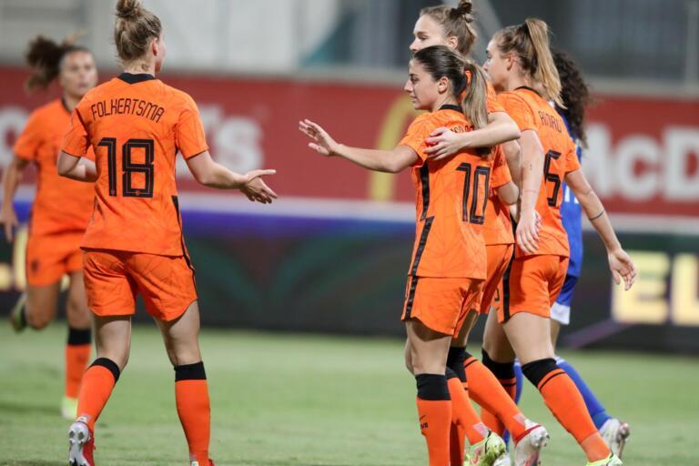 De OranjeLeeuwinnen juichen na een goal tegen Cyprus