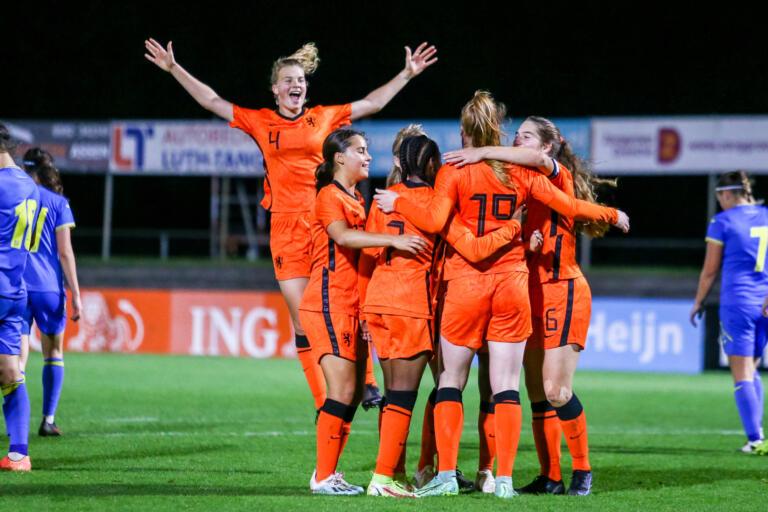 Oranje O19 juicht na een goal tegen Oekraïne