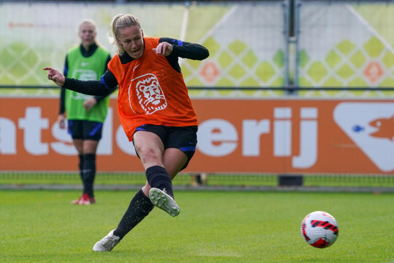 Stefanie van der Gragt op de training van Oranje