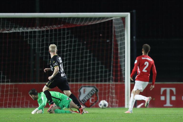 Patrick Pflucke schiet de 0-1 binnen voor Roda JC