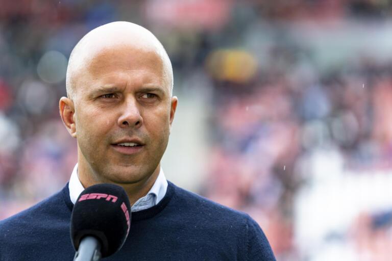 Arne Slot voor de camera van ESPN