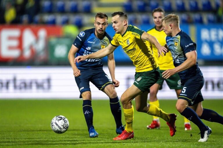 Mats Seuntjens aan de bal tegen SC Cambuur