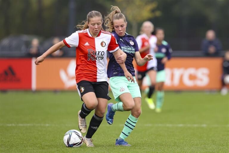 Romee van de Lavoir (Feyenoord) in duel met Janou Levels (PSV)