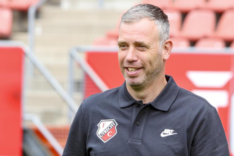 FC Utrecht-trainer René Hake moet lachen