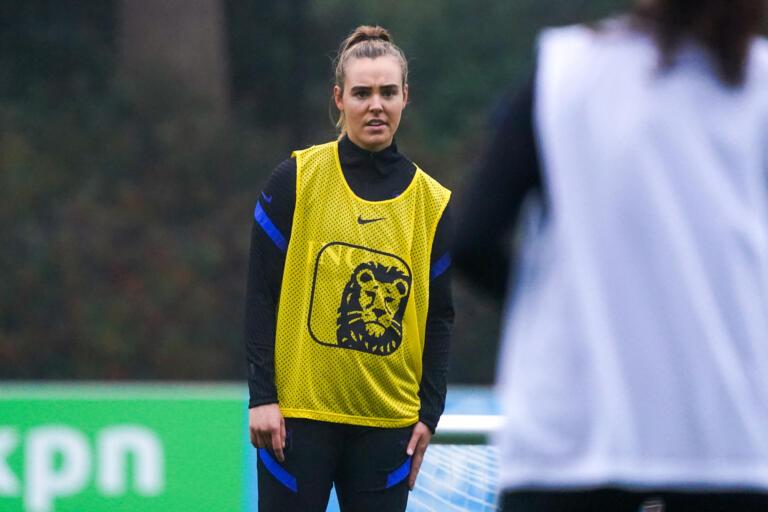 Jill Roord bij de training van de OranjeLeeuwinnen