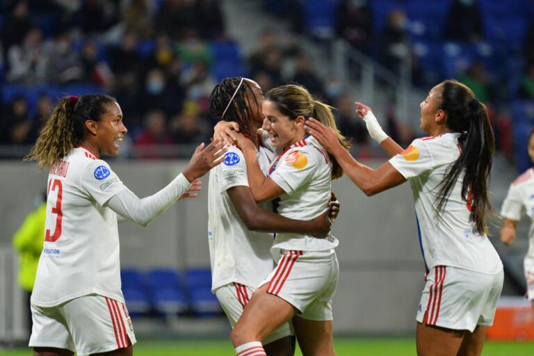 Daniëlle van de Donk viert haar goal voor Olympique Lyon