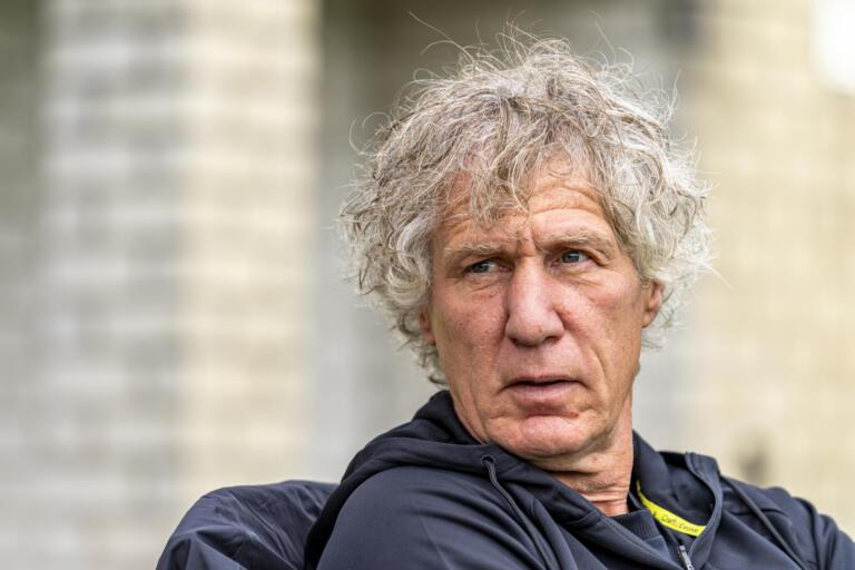 Gertjan Verbeek op de bank bij Almere City