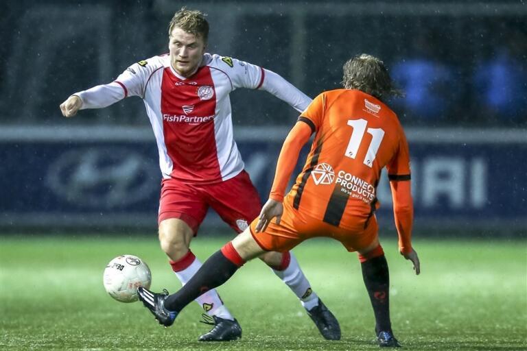 Vincent Verheul (met rugnummer 11) in actie tegen IJsselmeervogels