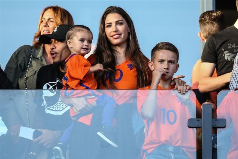 Yolanthe Cabau, ex van Wesley Sneijder, met haar kinderen op een voetbaltribune