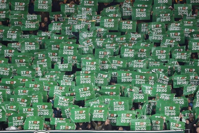 FC Groningen-fans protesteren tijdens de thuiswedstrijd tegen AZ